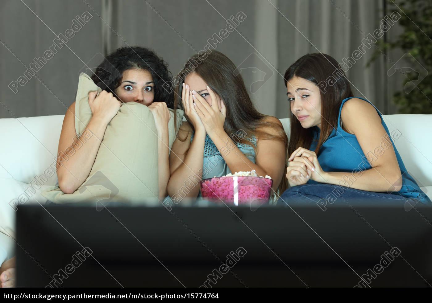 mädchen, die, einen, film, im, fernsehen, terror - 15774764