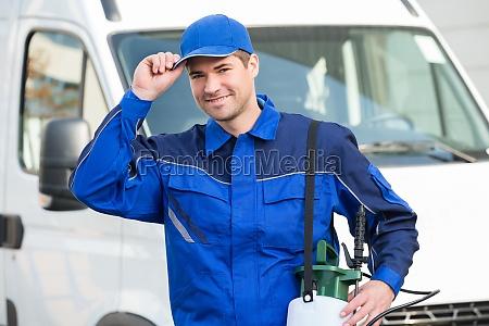 zuversichtlich schaedlingsbekaempfung arbeiter tragende schutzkappe gegen