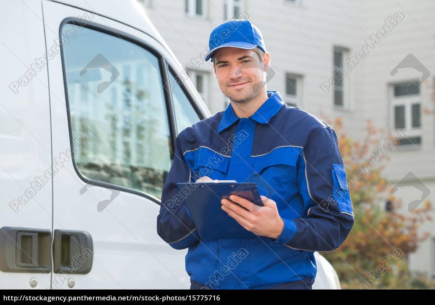 delivery, man, in, uniform, holding-klemmbrett, mit - 15775716