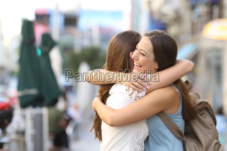 gluecklich treffen von freunden umarmt