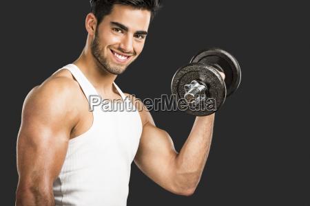 athletic man gewichte heben