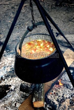 eisen kessel mit gemuese suppe