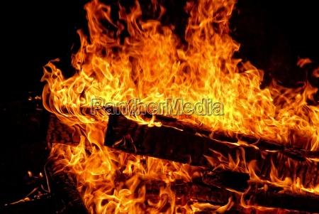 grosses lagerfeuer in der nacht beim