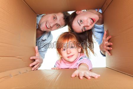 familie in einem karton bereit fuer