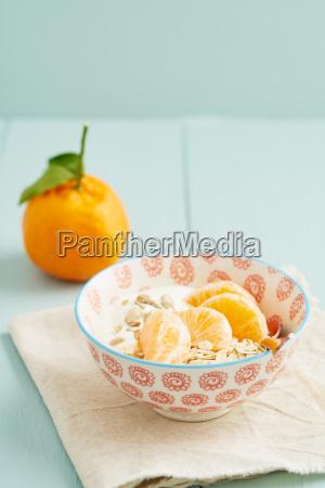 fruehstuecks muesli mit mandarinen
