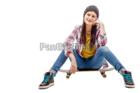 schoene junge frau mit einem skateboard