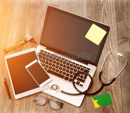 holzdoztarzt in high definition mit laptop