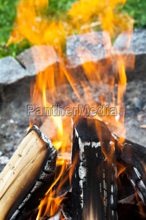 lagerfeuer mit holz