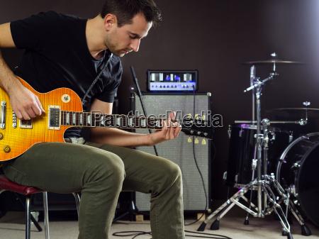 gitarrist sitzen und spielen auf der