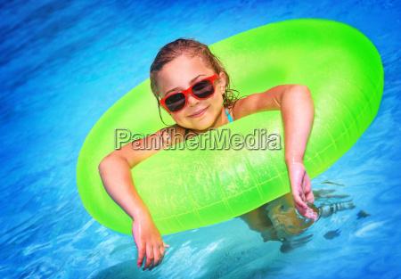 kleines maedchen im pool