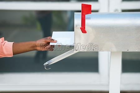 person die briefe in mailbox einbringt