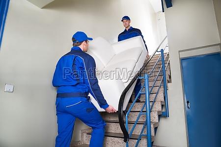 motive die sofa auf stufen tragen