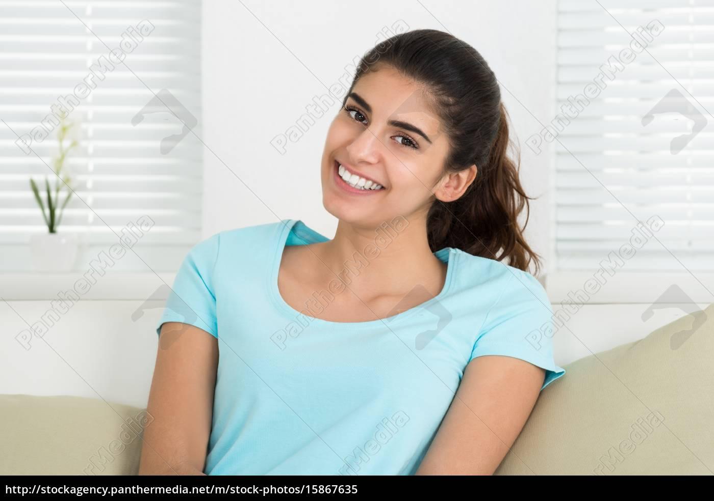 97d2c73e9b Lizenzfreies Bild 15867635 - glückliche frau sitzt auf sofa zu hause