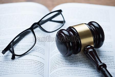 mallet und brillen auf oeffnen legal