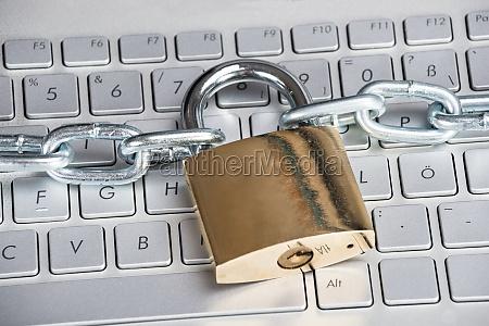 padlock auf laptop