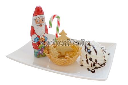 eiscreme in waferkegelschuessel mit weihnachtsdekoration isoliert