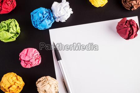 gestiegen farbpapiere mit weissem papier und