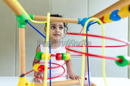indisches kleines maedchen spielen die holz