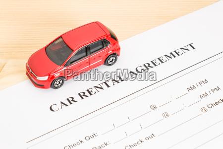 mietvertrag mit rotem auto auf linker