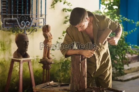 junge bildhauer kuenstler arbeiten und sculpting