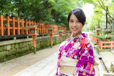frau traegt das kimono kleid