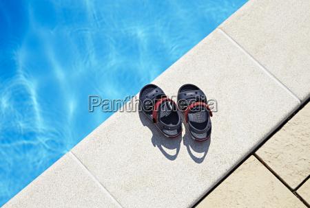 babysandalen am pool