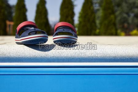 babysandalen am rande des schwimmbades