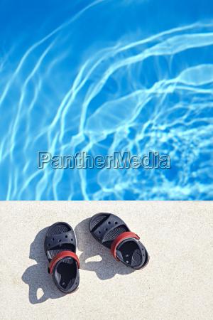 paar babysandalen am pool an sonnigen
