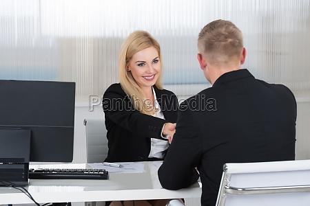 geschaeftsfrau haendeschuetteln mit maennlichen bewerber am