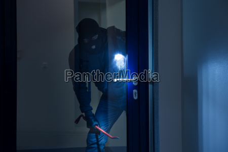 dieb mit taschenlampe versuch tuer aufzubrechen