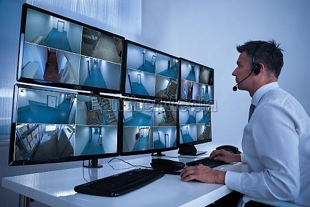 security system operator blick in die