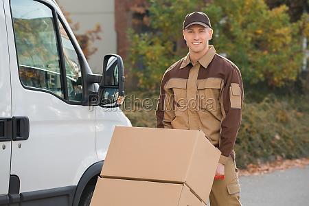 zuversichtlich delivery man parcels auf handtruck