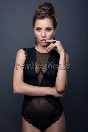 sexy brunette attraktives maedchen in spitzenwaesche