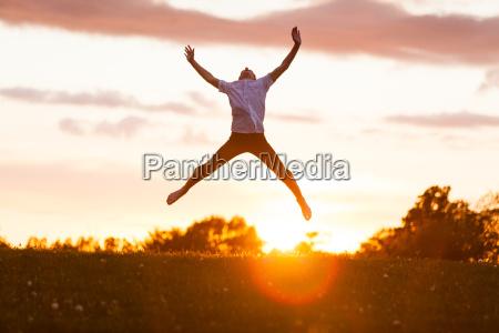 der, junge, hoch, springend, für, glück - 15931357