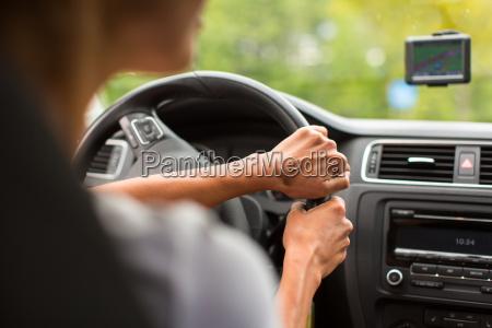 junge frau mit ihrem auto fahren