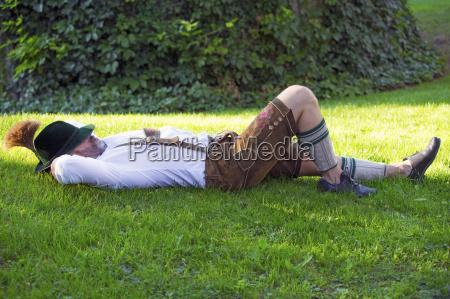 bayerische mann auf dem gras schlafen