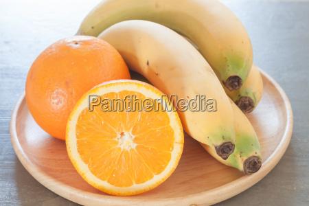 gesunde fruechte mit orangen und bananen