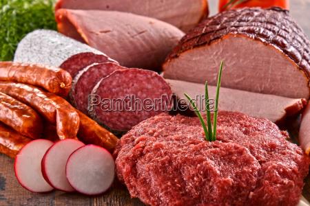 verschiedene fleischprodukte einschliesslich schinken und wurst