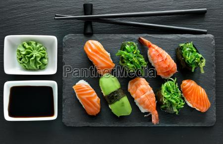 plato con sushi