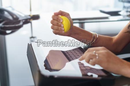 gestresste bueroangestellter mit anti stress ball