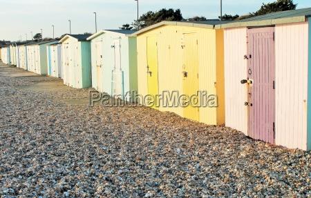 traditionelle britische strandhuetten am meer von