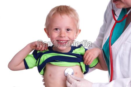 arzt untersucht ein kleines kind