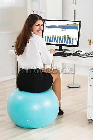 geschaeftsfrau computer benutzen beim sitzen auf