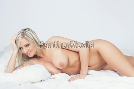 sexy blondes maedchen auf dem bett