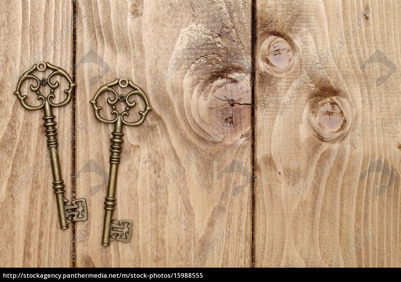 antike, schlüssel, mit, kleinen, spielzeug, stuhl - 15988555