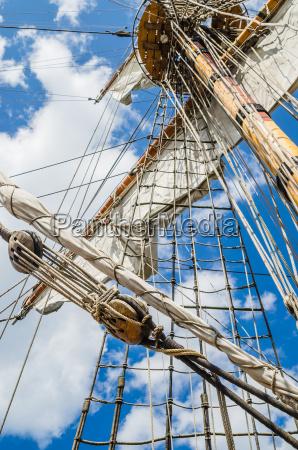 mast mit segeln eines alten segelschiffes