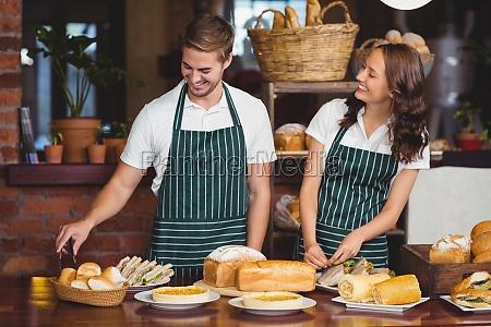 frau cafe restaurant lachen lacht lachend
