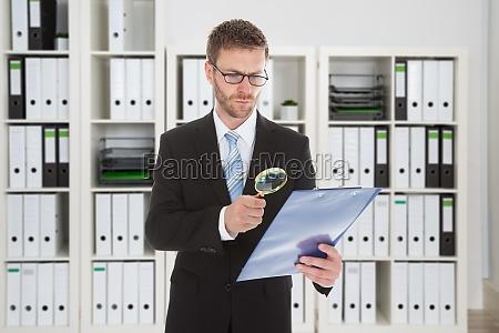 geschaeftsmann blick in die dokument durch