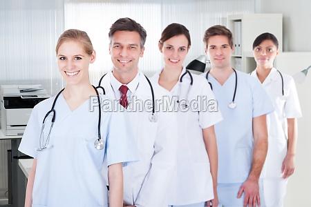 aerzte und krankenschwestern stehen in einer