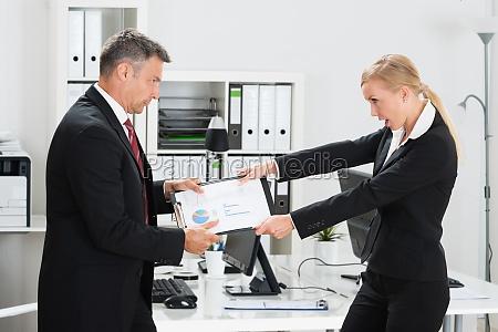 geschäftsleute, die, projekt, im, büro, schnappen - 16036583